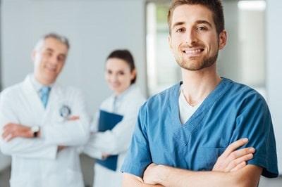 doctor-joven-posando-y-sonriendo-y-el-personal-medicina-