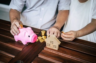 elderly-couples-talking-about-finance-with-piggy-bank