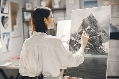 woman-art-school-wearing-apron-drawing-easel