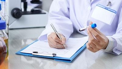 Medico-encargado-de-muestras-de-sangre