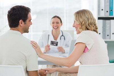 Pareja realizando analisis medicos para certificado