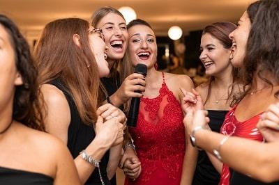 chicas-de-fiesta-min
