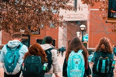 estudiantes-entrada-escuela-min