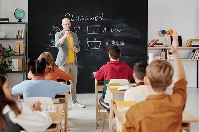 profesor-en-clase-min
