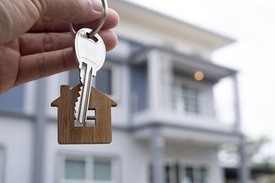 propietario-desbloquea-llave-casa-nuevo-hogar-min