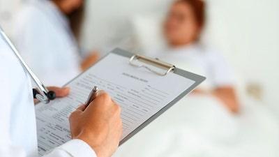 Doctor-haciendo-historial-clinico-de-persona